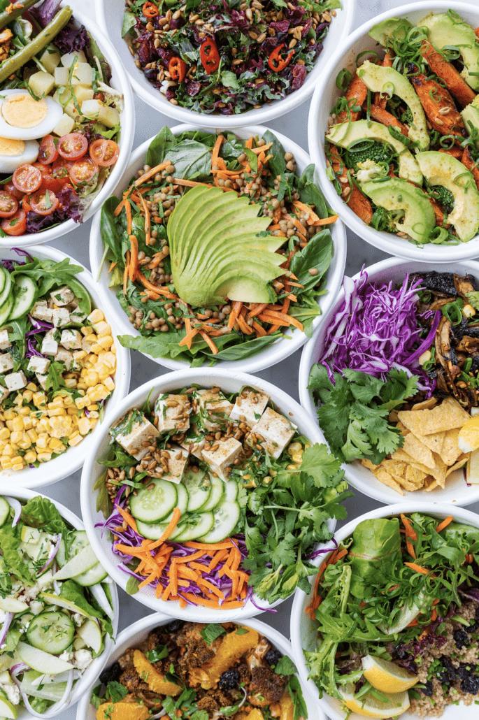 Forskellige sunde farverige salater med massere af sunde grøntsager og andet godt
