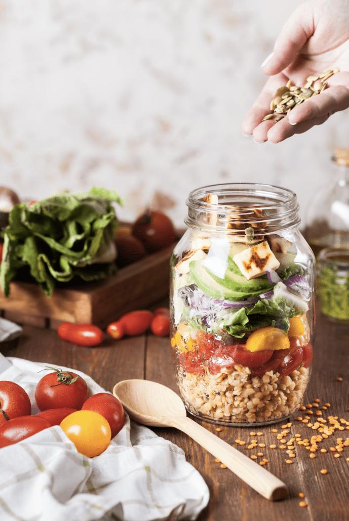 Sund salat i glas med med grønsager og kerner