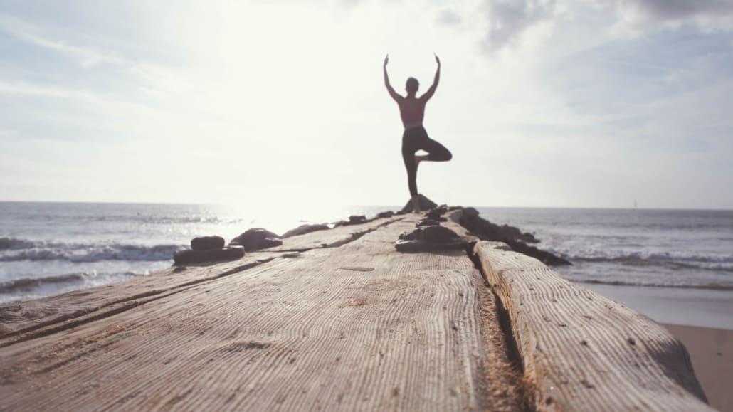 Yoga på en badebro i smukt solskinsvejr