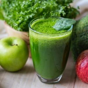 Sund grøn juice med æbler og celleri i glas.